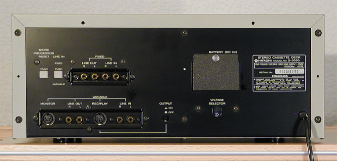 Monstros do passado  Hitachi-D-5500-rear-24cm